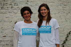 portrait d'Elodie et Solène portant le T-shirt de Handicap International