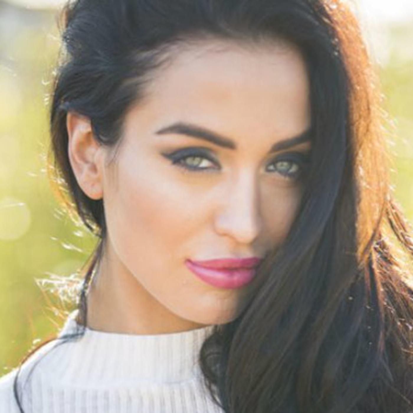 Episode 45: Lucinda Nicholas - Yoga Expert, Supermodel, Author, Lawyer!