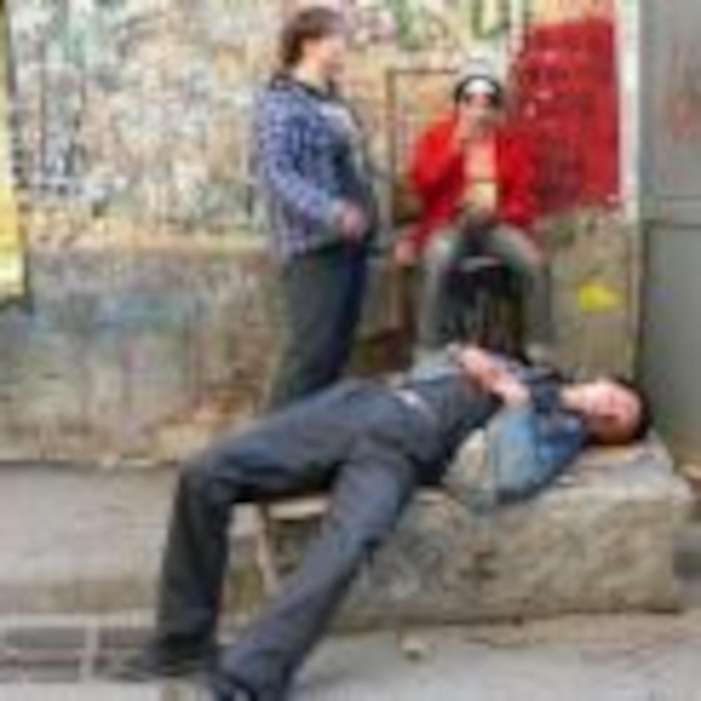 Пьяная девица на улице 23 фотография